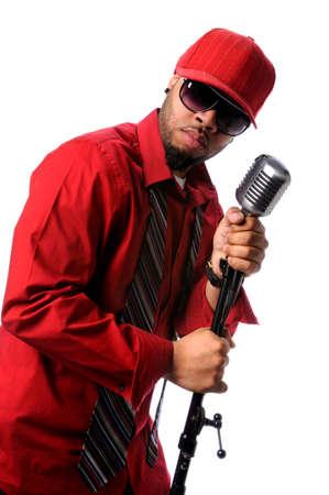 Afro-Amerikaanse zangeres met vintage microfoon