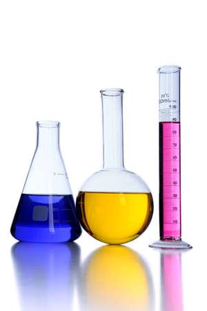 Cristalería de laboratorio sobre fondo blanco Foto de archivo - 8025282