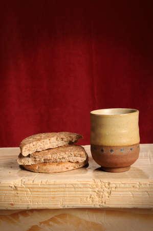 Símbolos de pan y el vino de la comunión con caída roja en segundo plano