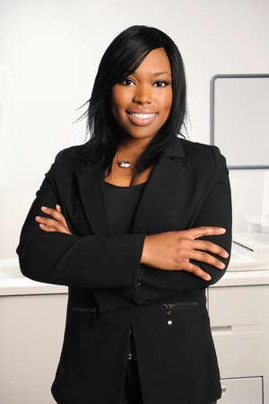 Afro-Amerikaanse zakenvrouw met armen overgestoken geïsoleerde witte achtergrond