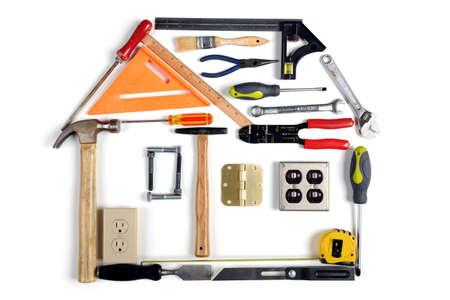 Maison en outils sur fond blanc