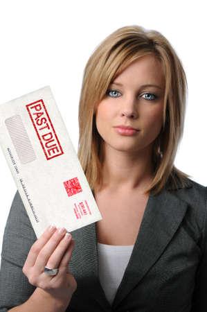 schuld: Mooie jonge vrouw die verleden verschuldigd envelop geïsoleerd over white