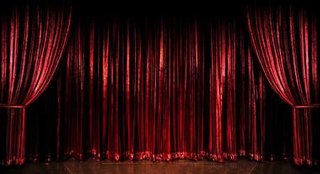 木製の床の上の段階の赤いカーテン