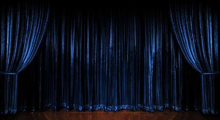 cortinas: Etapa azul brillantes cortinas sobre suelos de madera  Foto de archivo