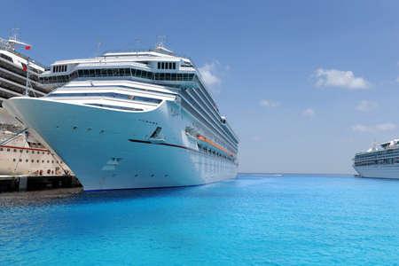 docked: Buques de crucero que atrac� en el puerto tropical durante d�a soleado  Foto de archivo