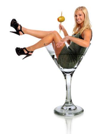 copa de martini: Joven y bella mujer en vaso de martini aislado sobre fondo blanco