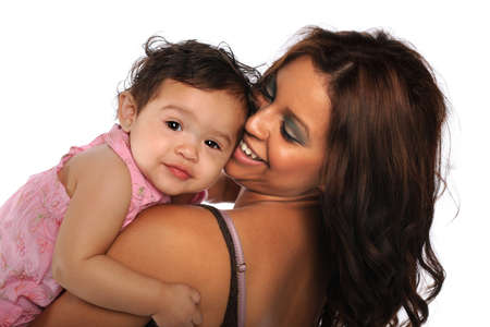 ni�os latinos: Madre hispana e hija sonriente aislados sobre fondo blanco