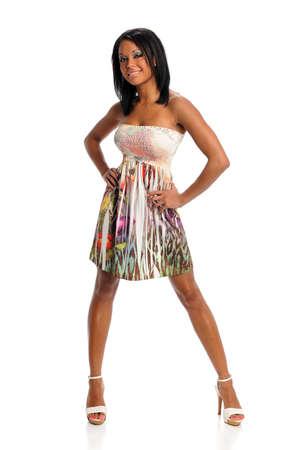 tacones negros: Retrato de la joven mujer afroamericana pie aislados sobre fondo blanco  Foto de archivo