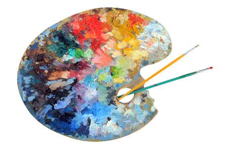paleta de pintor: Paleta del artista con pinceles aislados sobre fondo blanco - con trazado de recorte