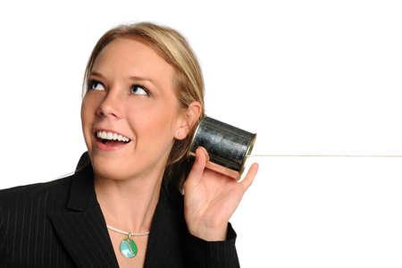 tin cans: Portret van zaken vrouw met behulp van blikje telefoon geïsoleerd op witte achtergrond