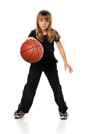 baloncesto chica: Ni�a jugando baloncesto aislado sobre fondo blanco Foto de archivo