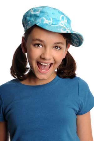 pubertad: Retrato de joven sonriente aislada sobre fondo blanco
