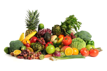 brocoli: Frutas frescas y hortalizas sobre fondo blanco Foto de archivo