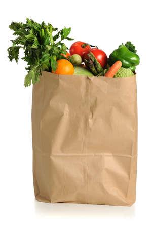 abarrotes: Una variedad de frutas y verduras en bolsa de color marr�n aisladas sobre fondo blanco