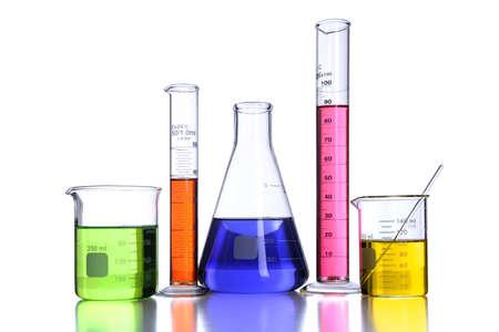beaker: Vasos y cristalería de laboratorio aislados sobre fondo blanco con reflejos-con trazado de recorte