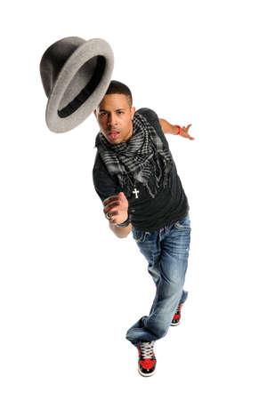 Afro-Amerikaanse hip hop danser uitvoeren met hoed geà ¯ soleerd op witte achtergrond