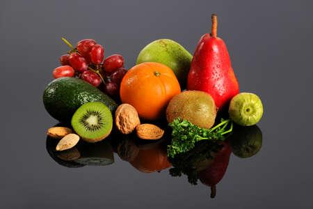 Verse groenten en fruit met reflecties op tafel