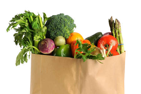 abarrotes: Bolsa de supermercado de papel con frutas y verduras aisladas sobre fondo blanco