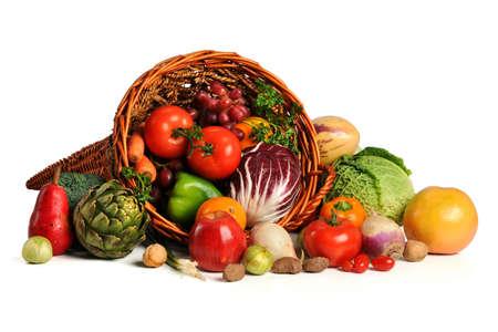 Cornucopia met verse vruchten en groenten geïsoleerd op witte achtergrond