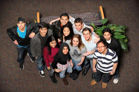 若い男性と女性の多様な民族一緒に立っています。