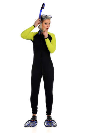 flippers: Joven y bella mujer vestida con traje de neopreno equipo de buceo anuncio lleva aislado sobre fondo blanco Foto de archivo
