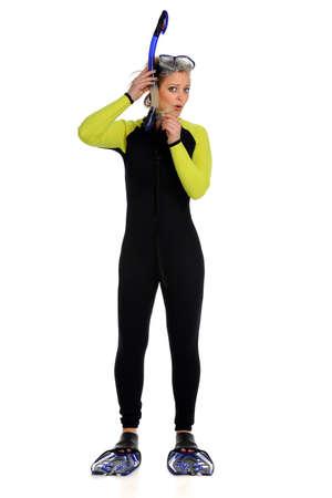 schwimmflossen: Sch�ne junge Frau gekleidet in Anzug ad tragen Schnorchelausr�stung auf wei�em Hintergrund isoliert Lizenzfreie Bilder
