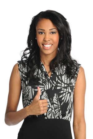 modelos negras: Retrato de la hermosa empresaria afroamericana que muestra los pulgares para arriba aislados sobre fondo blanco