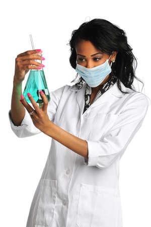 investigador cientifico: Mujer afroamericana l�quido an�lisis t�cnico de laboratorio en el frasco aislado sobre fondo blanco