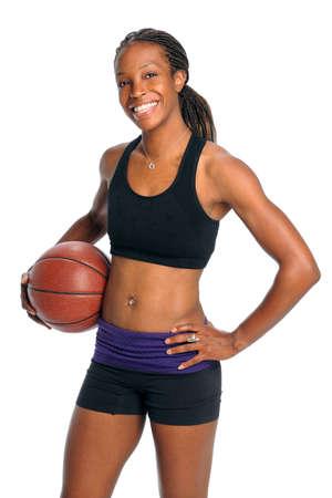 白い背景に分離されたバスケット ボールを保持している若いアフリカ系アメリカ人女性