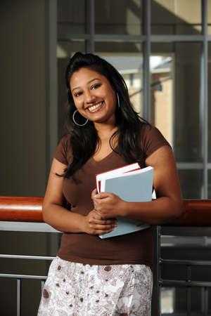 Portret van de Indiase student glimlachen binnenshuis
