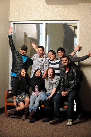Diverse groep van jonge mannen en vrouwen uiten vreugde