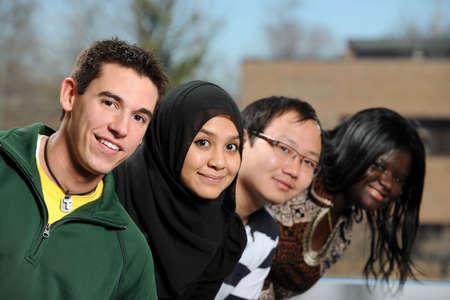 diversidad cultural: Grupo diverso de estudiantes sonrientes con enfoque selectivo en la persona en primer plano