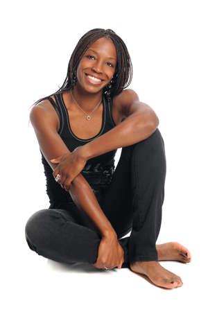 dreadlocks: African American mujer sentada aislados sobre fondo blanco