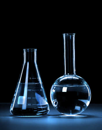 material de vidrio: Cristaler�a de laboratorio con luz azul sobre fondo oscuro