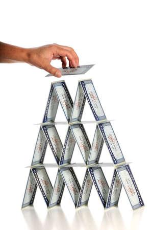 seguridad social: Mano Man'a la construcción de viviendas de tarjetas con tarjetas de seguridad social, aisladas sobre fondo blanco