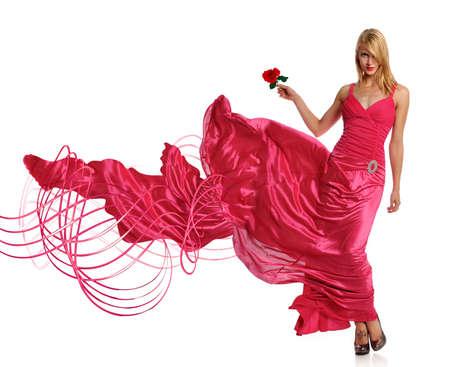 Portret van mooie jonge vrouw in roze avondjurk bedrijf steeg
