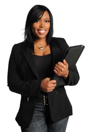 白い背景で隔離された総勘定元帳を保持している美しいアフリカ系アメリカ人実業家の肖像画