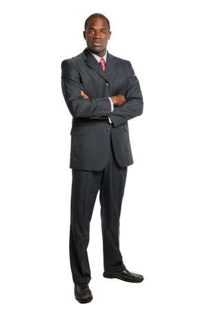 팔을 가진 아프리카 계 미국인 사업가의 초상화는 흰색 배경 위에 고립 된 교차 스톡 콘텐츠