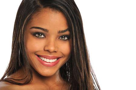 Portret van mooie Afro-Amerikaanse vrouw die lacht geà ¯ soleerd over een witte achtergrond