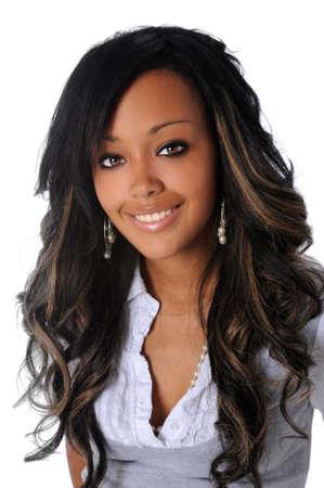 modelos negras: Retrato de la hermosa mujer afroamericana sonriente aislados sobre fondo blanco