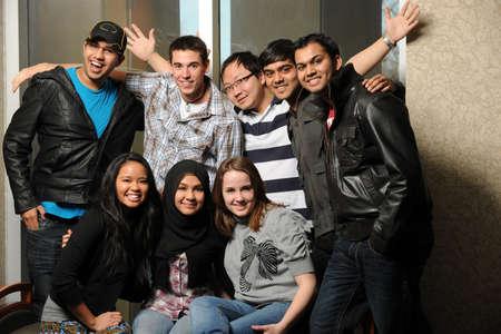 屋内で笑みを浮かべて多様な学生のグループ