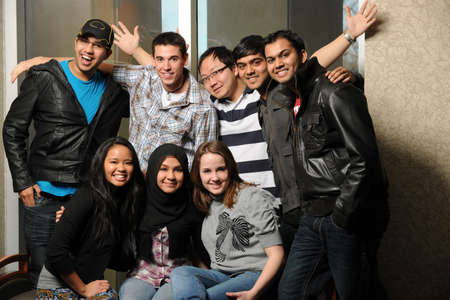 cultural diversity: Grupo de estudiantes de diversas sonriente en interiores Foto de archivo