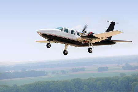 aviones pasajeros: Avi�n de aterrizaje o despegue con tren abajo Foto de archivo