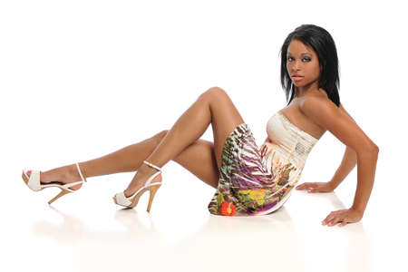 Mooie Afrikaanse Amerikaanse vrouw zitten geïsoleerd op witte achtergrond