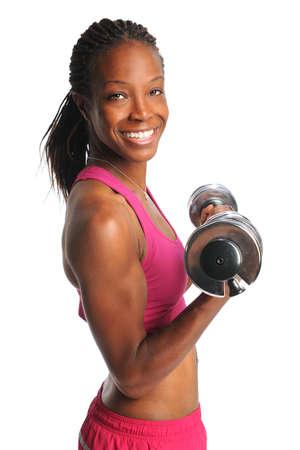 Hermosas africanos americanos pesas Mujer levantando aislado sobre fondo blanco