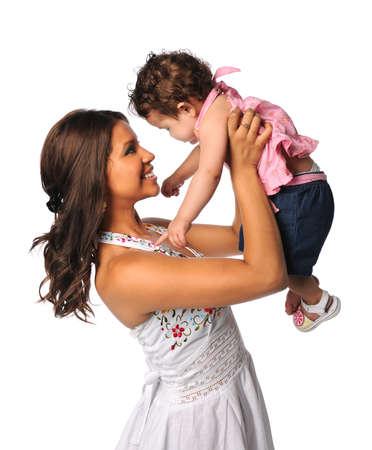ni�os latinos: Retrato de la madre hispana y su hija aislada sobre fondo blanco