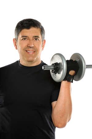 levantar pesas: Retrato de hombre maduro hispano de curling dumbbell aislados sobre fondo blanco