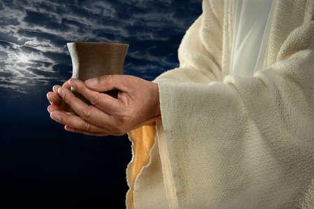 Jesus Händen halten Tasse mit Nacht-Hintergrund