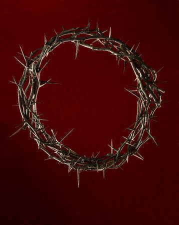 corona de espinas: Corona de espinas sobre fondo rojo oscuro