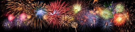 juli: Kleurrijk panorama van vuurwerk over nachtelijke hemel Stockfoto